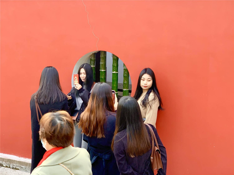 原创             泉州古寺网红墙:因故宫朱红墙走红,吸引女游客争相打卡