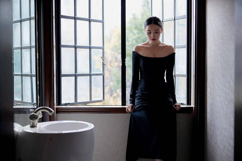 """宋佳的""""女王""""气场惊艳,黑色一字肩连衣裙精致优雅,高级感爆棚"""