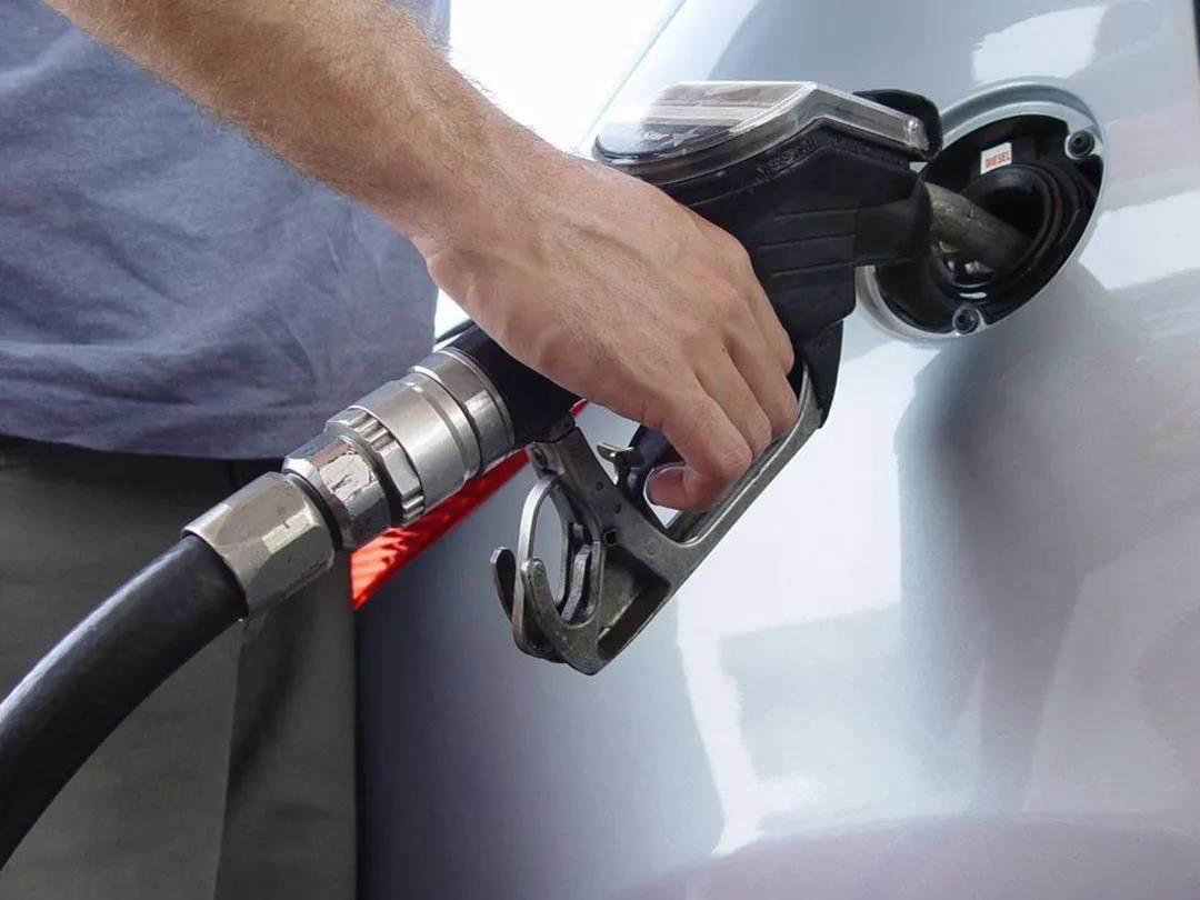 原来一箱油要11块多,如果油价连续8年上涨,我就问你爽不爽!