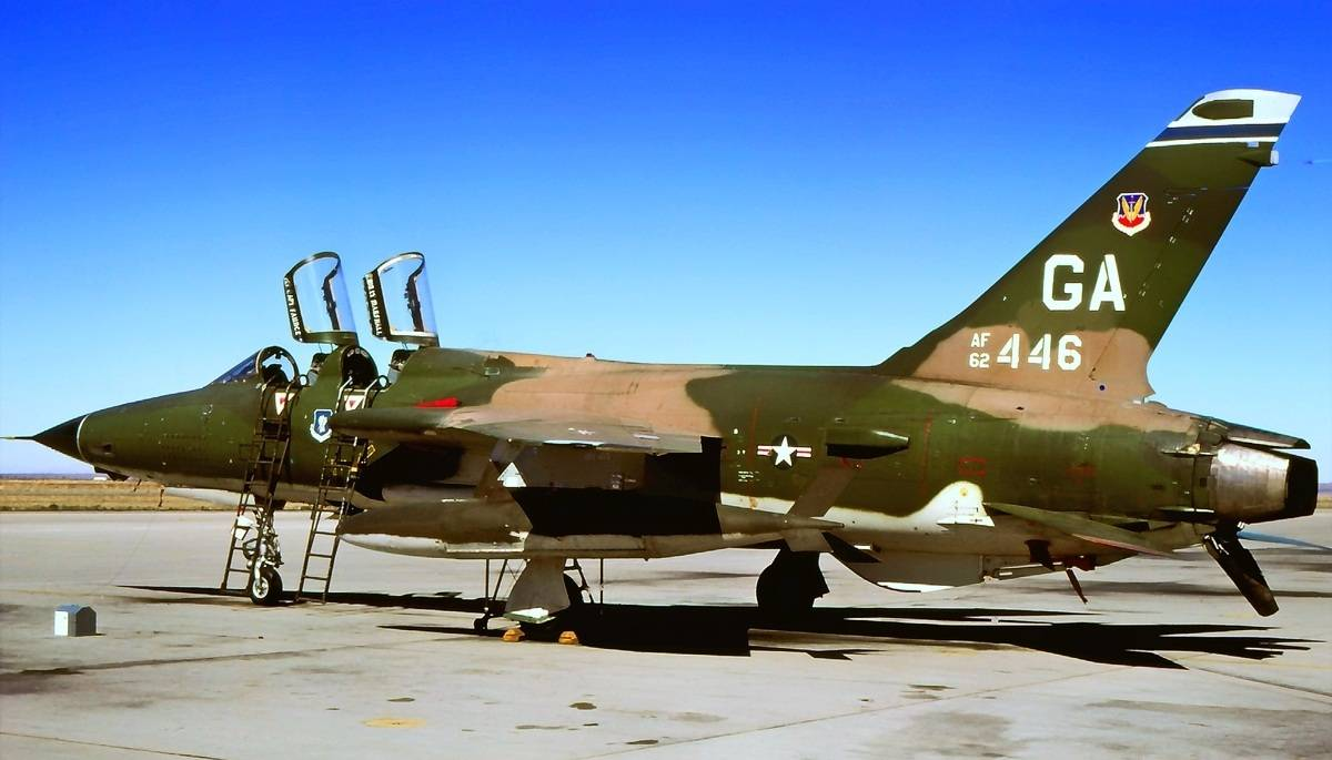 原世界第一国的第一架超音速喷气式战斗轰炸机外形非常奇特,体积巨大!