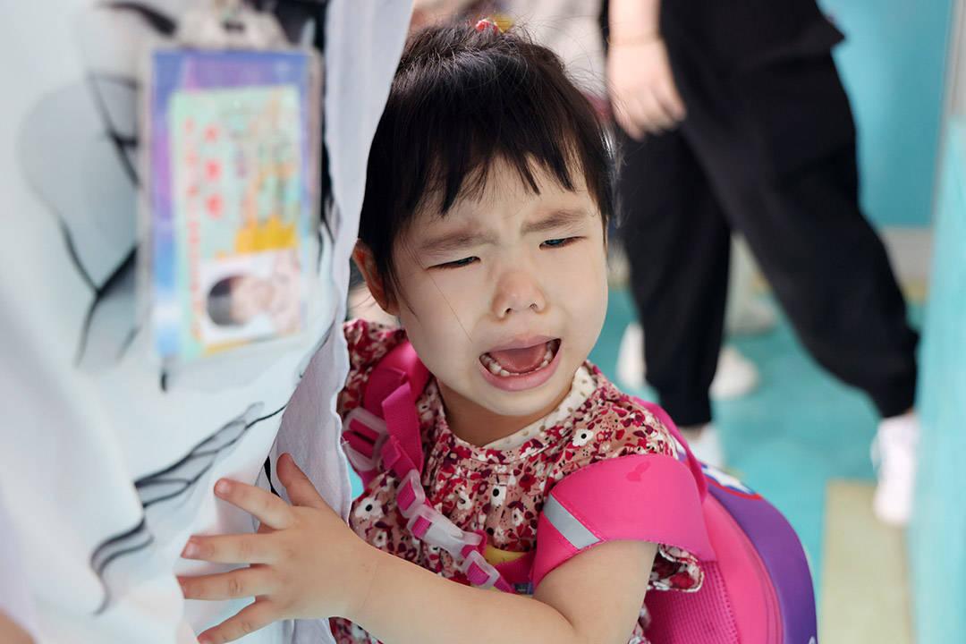"""幼儿园开学第一天,孩子各种""""戏精""""表演,家长更厉害,还上树了"""