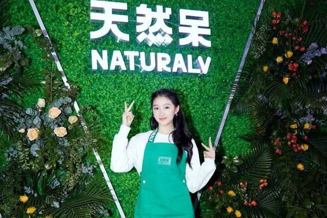关晓彤开奶茶店,很多人甘心排队,不是因为明星,而是因为味道!