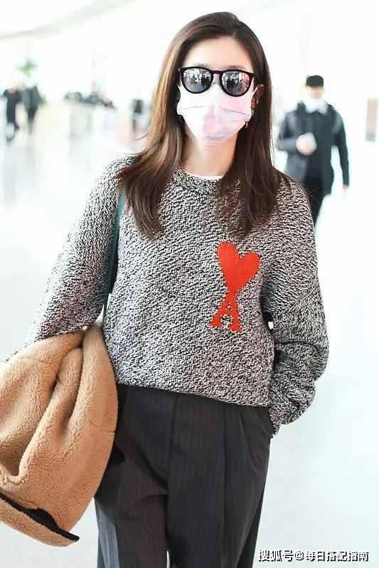 原创             又到了穿毛衣的季节,借鉴江疏影的穿搭思路,优雅时髦很有女人味