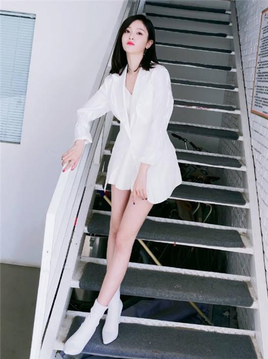 原创             被吴宣仪圈粉了,原来毛衣配半身裙也可以这么美,女神范十足!
