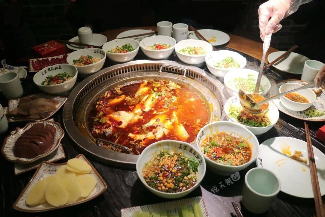 成都连续三年排队王的麻椒鱼,锅底现炒,活鱼现杀,你吃过吗