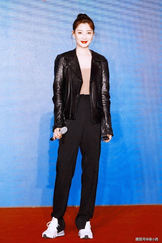 原创             殷桃真懂凸显自己的饱满身材,穿黑色连衣裙领口开条缝,气质惊艳