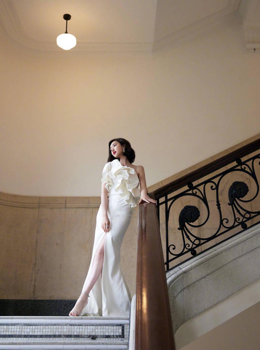 品质盛典各家比美,杨紫蕾丝镶钻长裙超惊艳,倪妮穿着清凉显性感!