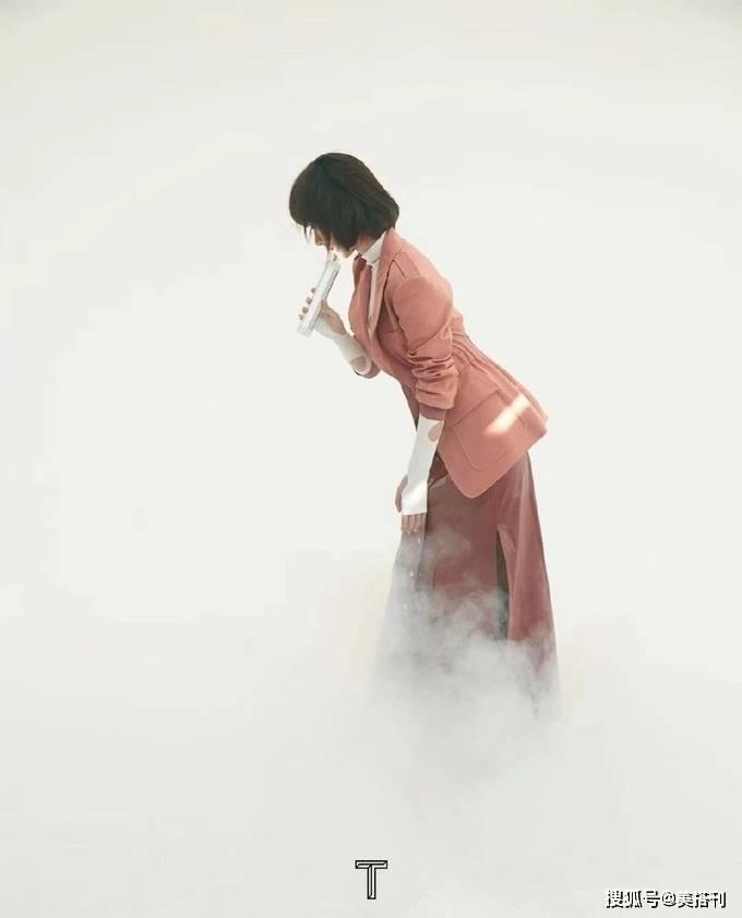 杨紫烟雾朦胧感大片来袭,穿都市裙装温柔知性,学生头超适合她