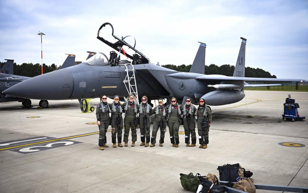 美国空军女飞行员虎背熊腰,驾驶F15E战机,誓死守卫欧洲天空