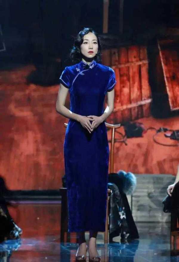 """郝蕾穿旗袍太""""丰满""""了,一袭红色高开叉旗袍亮相,东方美好惊艳"""
