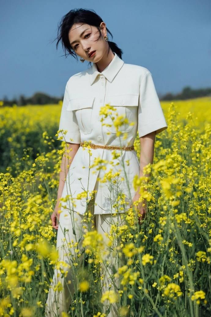 原创             万茜一身白色套装清新优雅,油菜花田里曼妙生姿,尽显春日美好