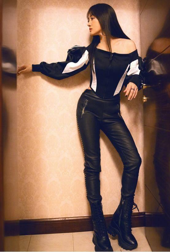 原创             49岁的杨钰莹又酷又飒,穿一字肩上衣搭配黑色皮裤,简直帅呆了!