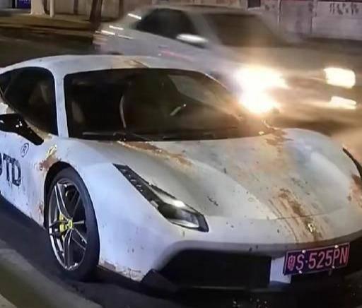 400多万法拉利,整车表面锈迹斑斑,车主:防止别人借车