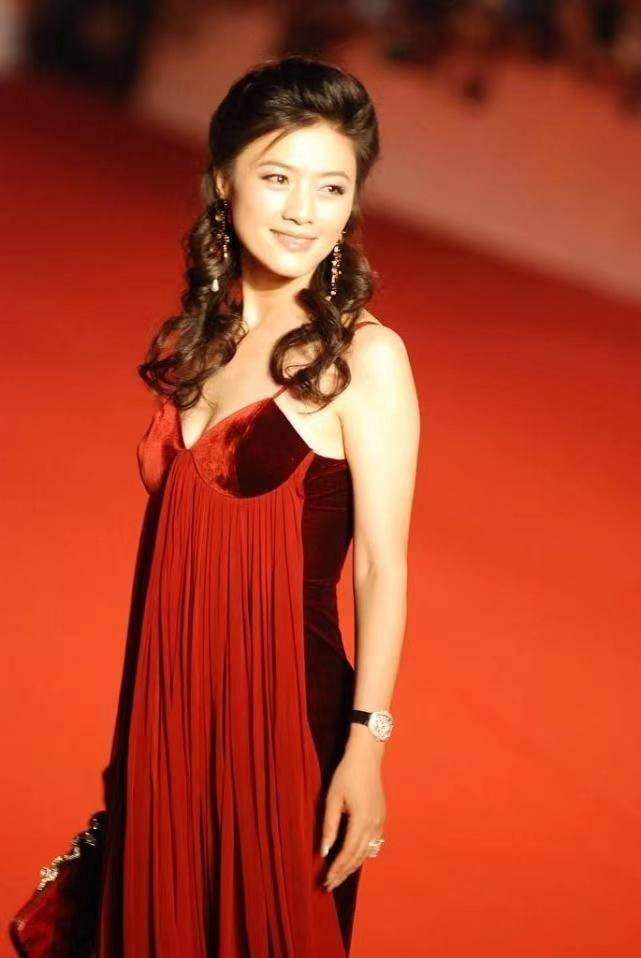 """45岁的田海蓉身材""""饱满"""",穿红色吊带连衣裙惊艳亮相,高贵优雅"""