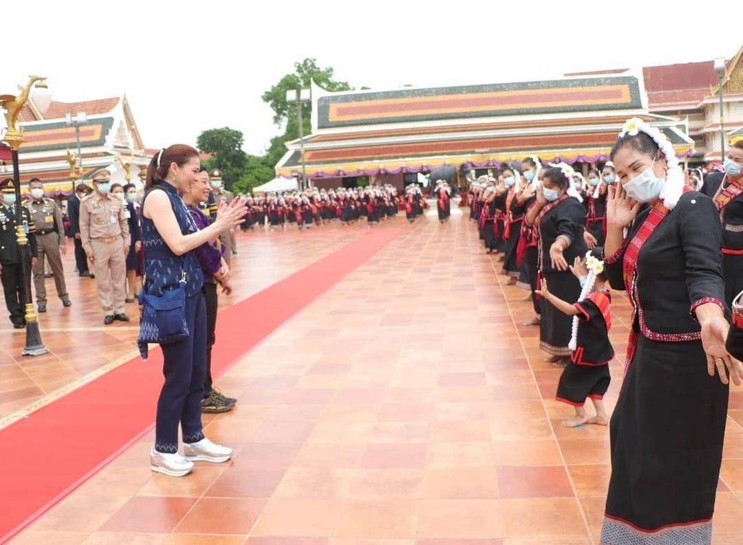 原创提帮功王子15岁驼背严重!穿深蓝衬衫系皮带,挺大肚腩油腻感十足
