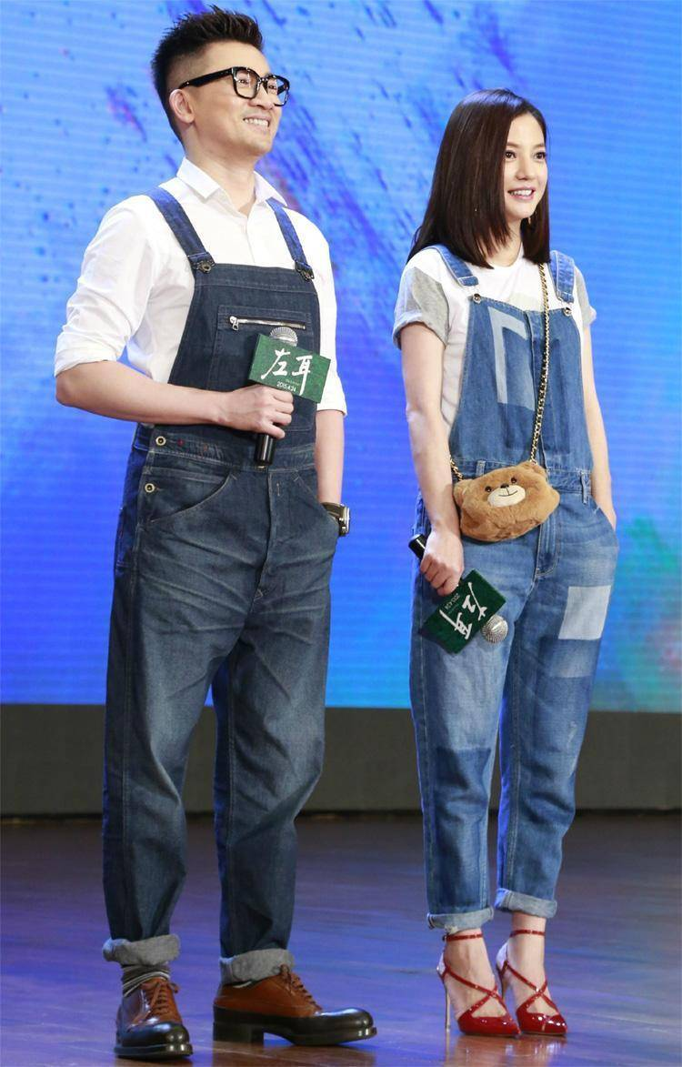 """赵薇真会装""""嫩"""",穿白色T恤配牛仔背带裤惊艳亮相,减龄又大气"""