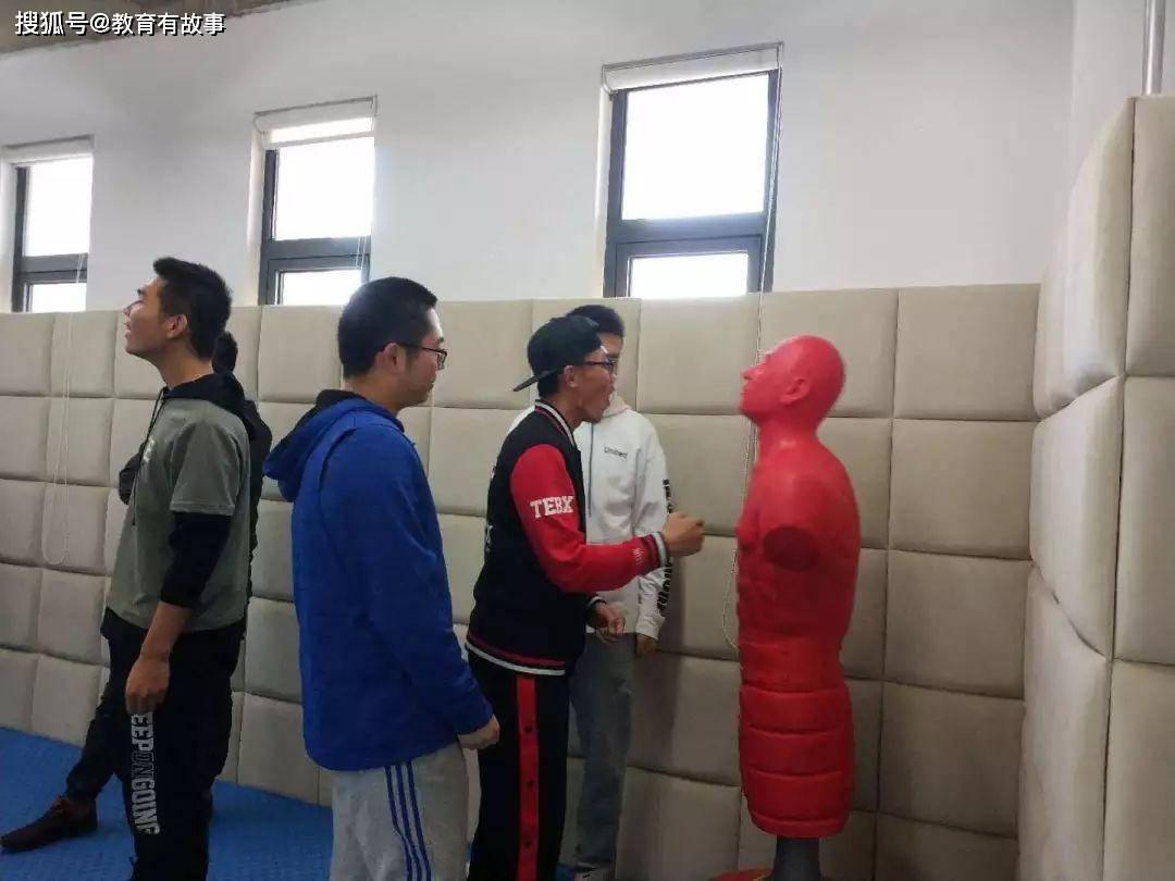 陕西西安一中学设置情绪宣泄室,学生拍手叫好,家长却心疼不已
