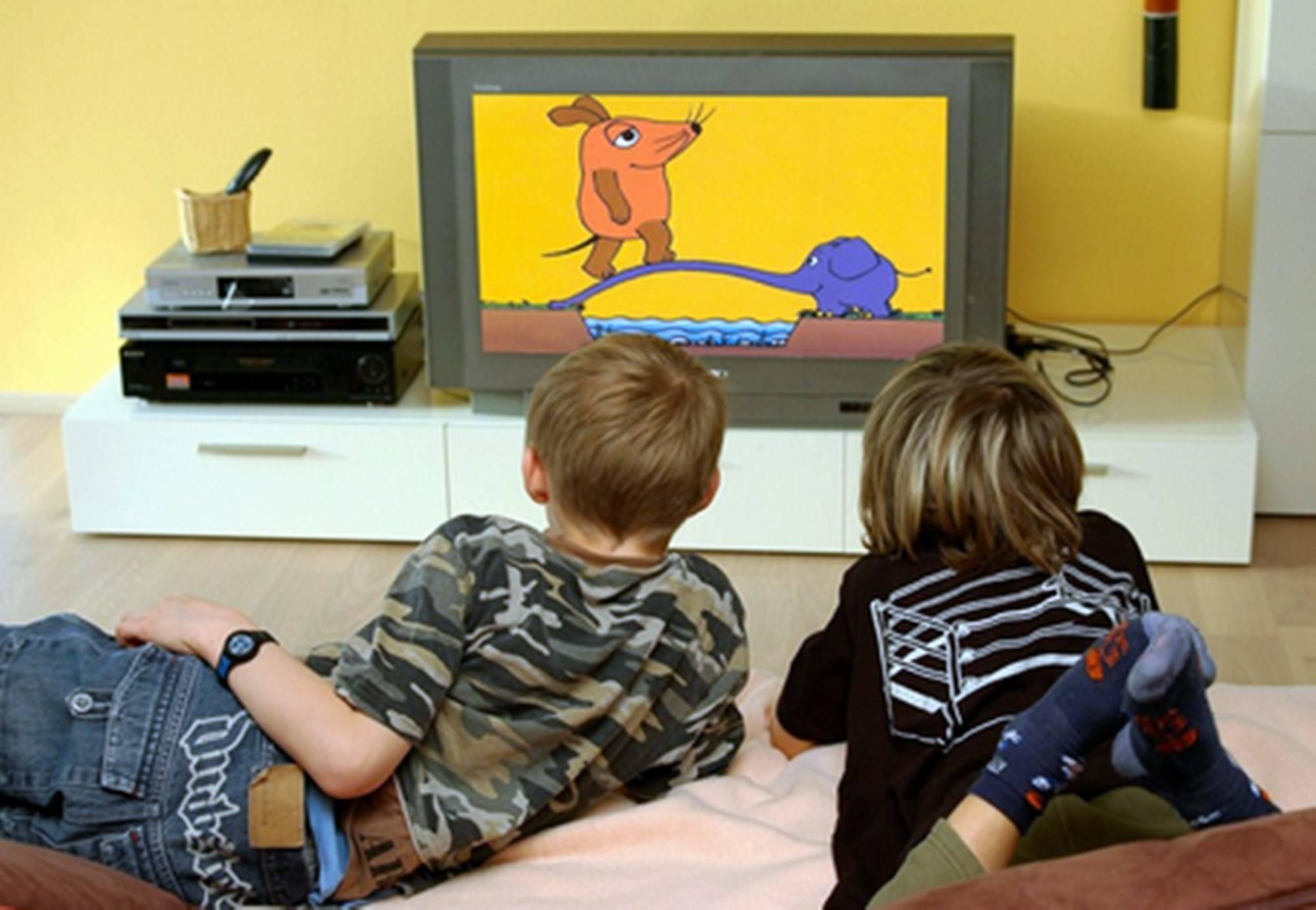 老人成天带孩子看电视 老人整天看电视影响孩子