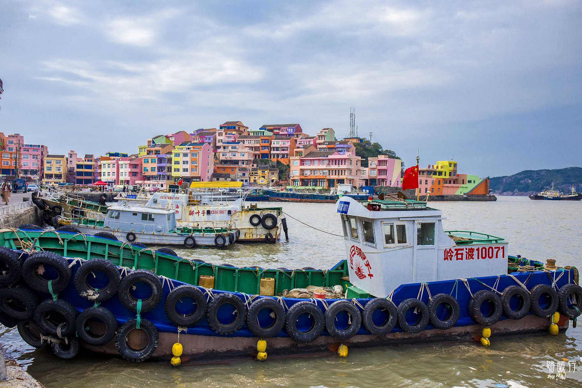 原创             浙江必去的两个网红地,一个是2.2万㎡的海岛,一个是彩色的渔村