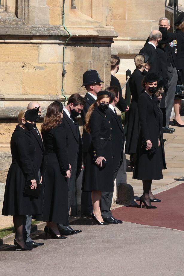 原创             凯特葬礼同框哈里无交流?穿新款外套搭旧裙,耳戴英女王新婚礼物