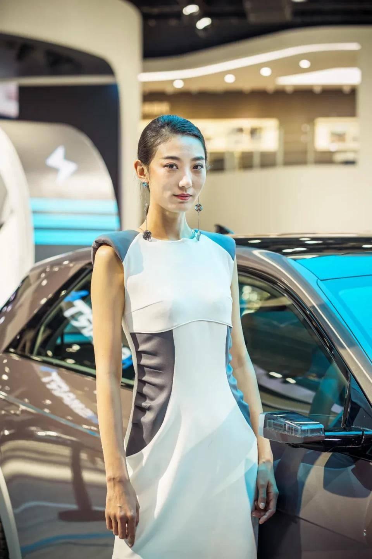 图赏:上海车展上的车模小姐姐们(图38)