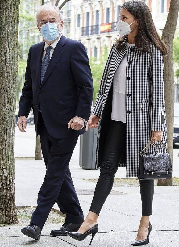 原创             西班牙王后昂首挺胸气场强!轻松踩15公分高跟鞋,谁敢相信她48岁
