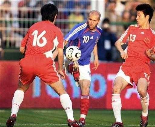 中国队世界杯首战对阵巴西队,巴西队后防线捍卫中国门将范志毅