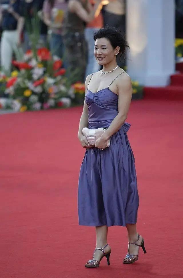原创             陈冲果然是实力派!穿紫色吊带裙惊艳亮相超迷人,秒变成全场焦点