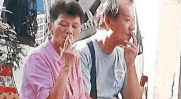 他是90年代的香港大哥,如今与妻子街边抽烟沧桑似老头  第4张