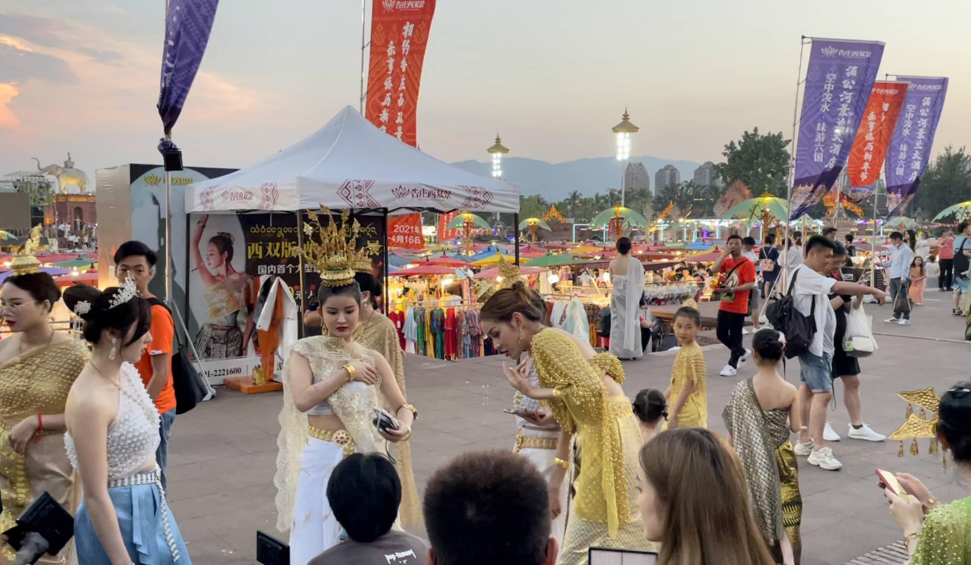 云南西双版纳199元写真火爆,夜市上百位美女排队拍照,场面惊人