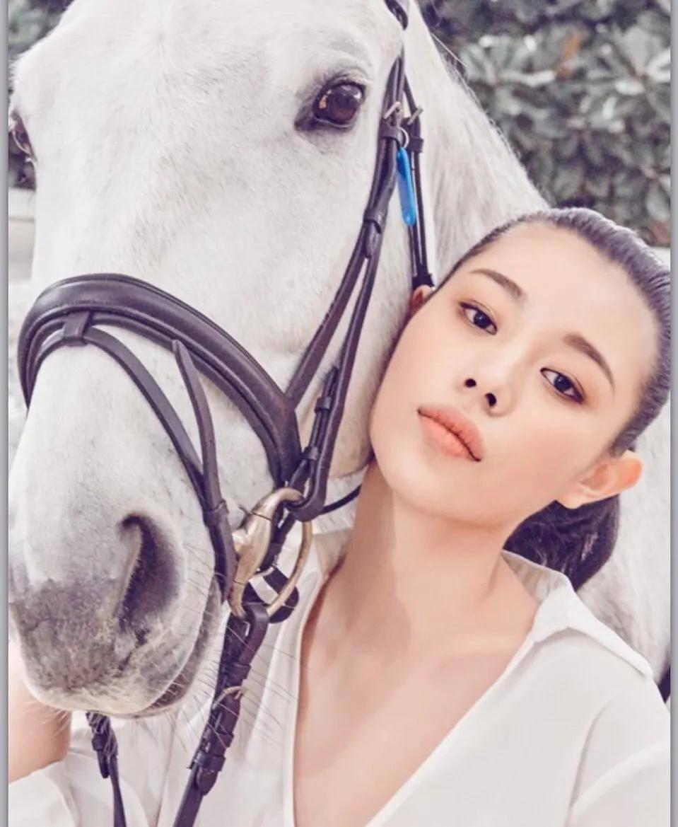 爱上大16岁汪峰,18岁为其生女,16年过去了,葛荟婕怎么样了