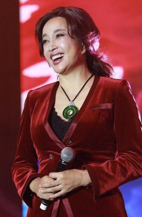 原创             刘晓庆脸拉的紧致,却没潘虹一半漂亮,有皱纹反倒自然漂亮!