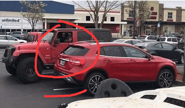 奔驰车主一辆车占用了2个停车位,两辆越野车的做法让路人称赞
