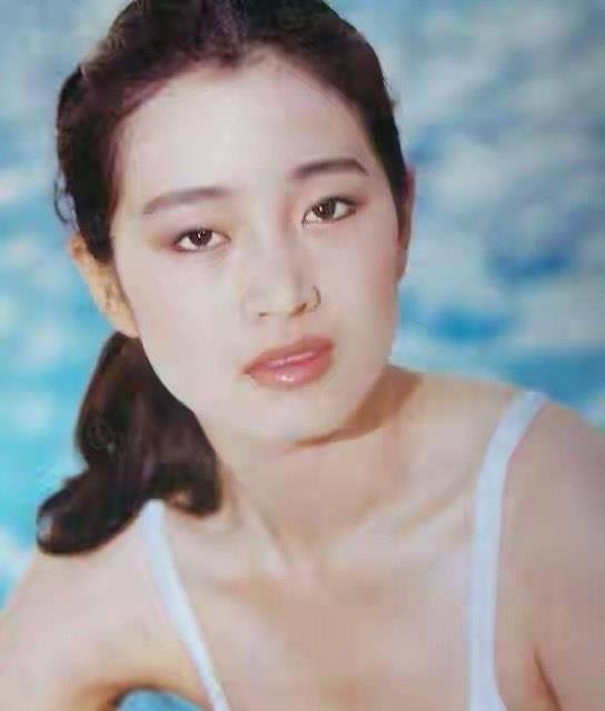 巩俐30年前泳装照曝光,满脸胶原蛋白尽显清纯,如今55岁无儿无女