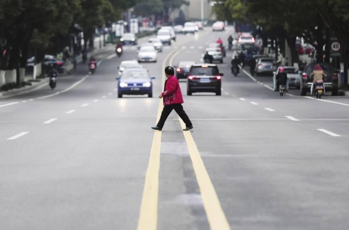 梦到被人推到马路中间 梦到过马路