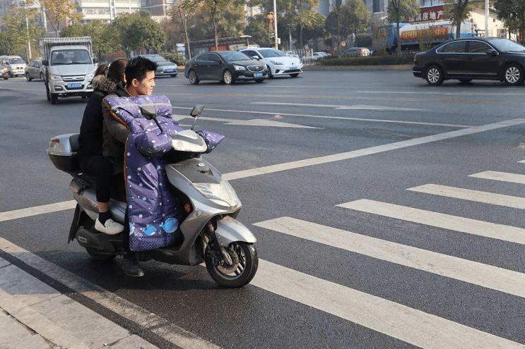 足彩胜负彩电瓶车明显有后座,为啥不能载成年人?看完原