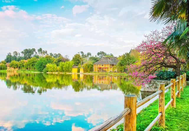 云南最博大的一个村庄,聚集了25个少数民族,三面环水游客络绎不绝