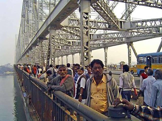 越南3千亿大桥坍塌,百万民众声讨中国:索赔一座港珠澳大桥?_车辆通行