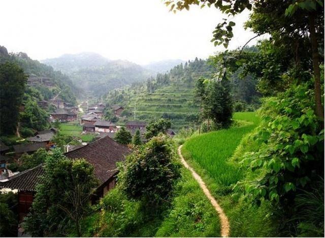 贵州这个低调的苗寨,藏在西江千户苗寨背后,村民是皇室后裔?_寨子