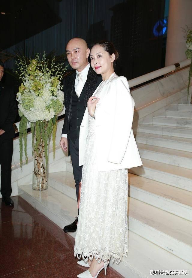 張茜穿白色蕾絲裙手拎愛馬仕,47歲皮膚依舊水嫩,被張衛健寵上天