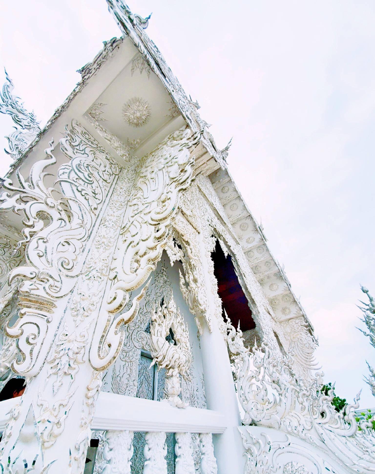 """泰国""""纯洁""""寺庙,通体雪白无暇,入口便是""""奈何桥"""""""