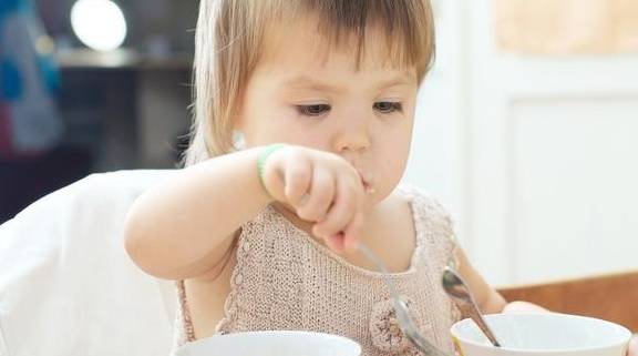 """宝宝手上长""""倒刺"""" 是因为蔬菜吃少了?不 这些原因也不能大意-家庭网"""