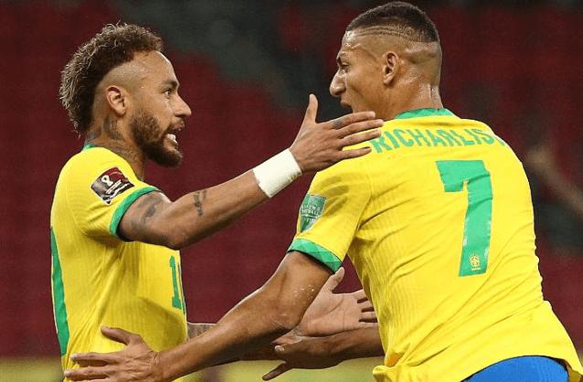 内马尔夸张了!被踢一脚90度倒地,再翻转一圈半,巴西2-0五连胜                                   图1