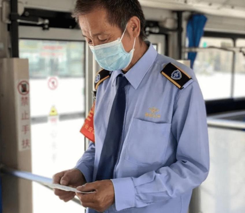 西安一女生高考前,乘末班车给司机留纸条告别,司机:入行32年最大的收获                                   图1