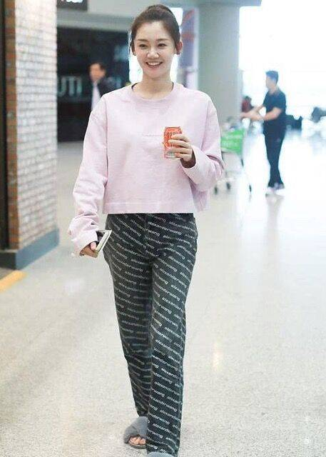 苗苗穿健美褲走機場,公眾場合還不遮臀型,挎幾萬包包像貴婦?