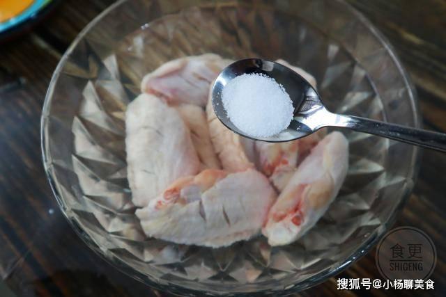 原創             做可樂雞翅萬萬別焯水,教你一招,血水腥味全去除,雞翅更鮮嫩