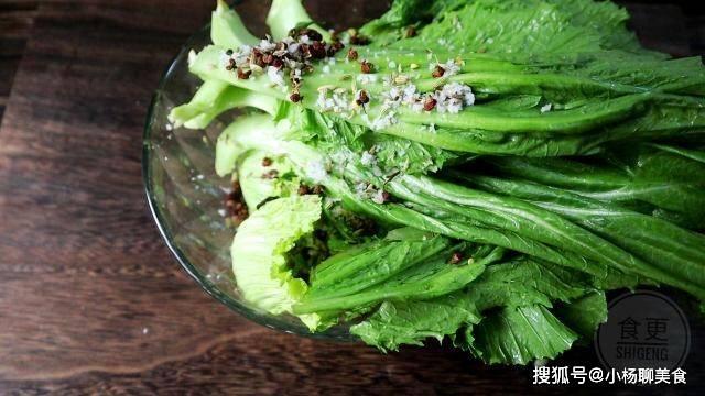原創             芥菜別只會腌酸菜,教你新做法,清香四溢一點也不苦,清熱還下飯