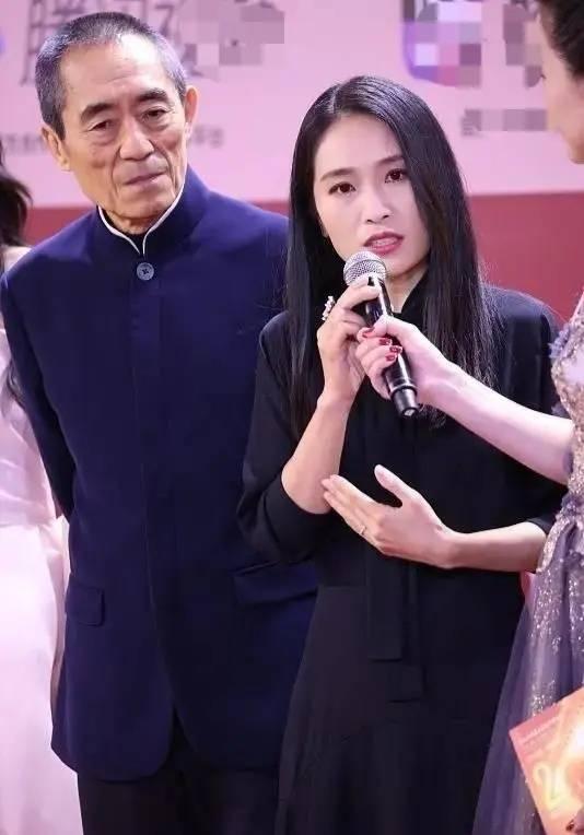 张艺谋的女儿越来越美了,张末出席活动穿一袭黑色连衣裙低调有素养
