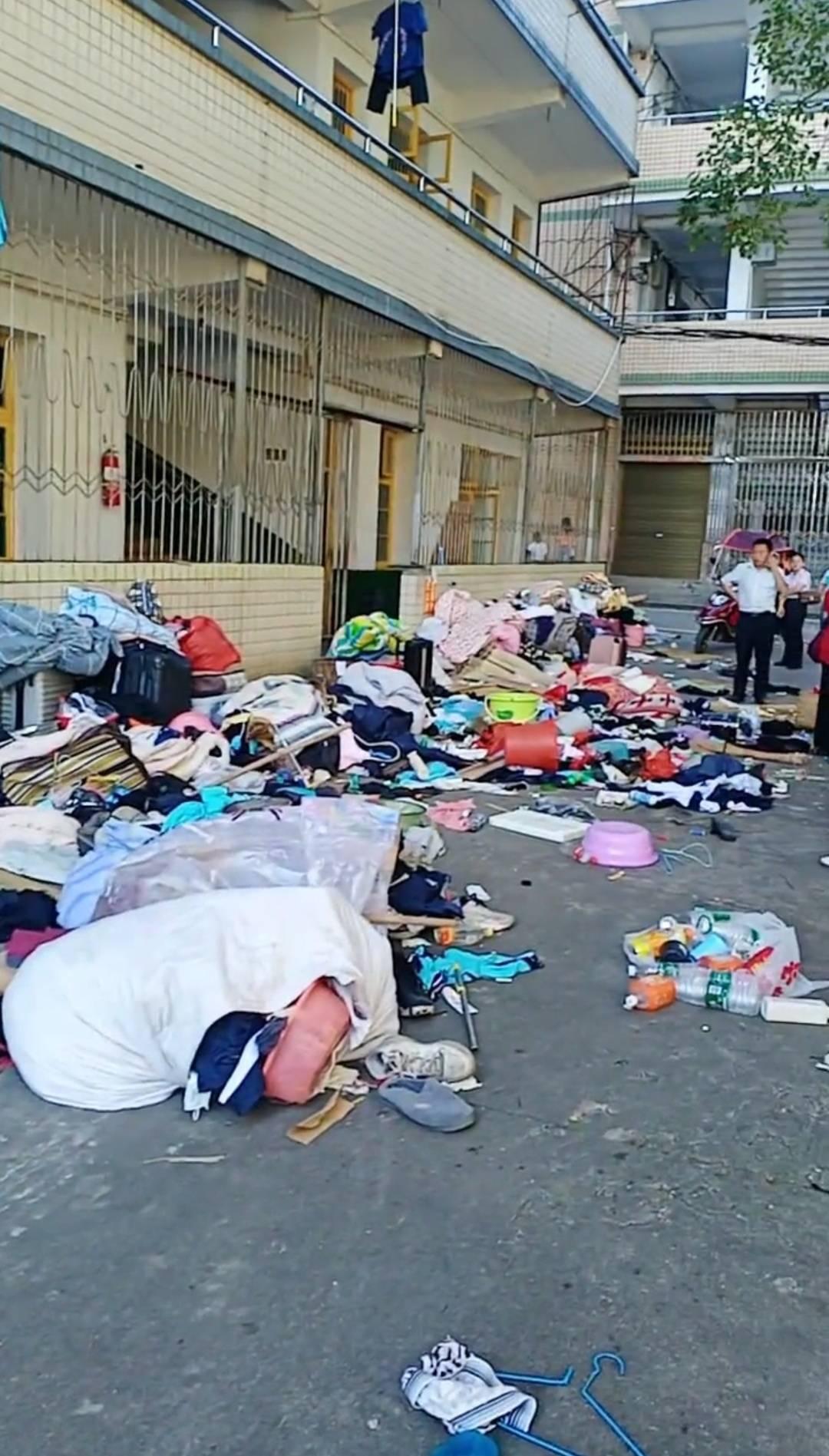 湖南娄底一中学,将学生物品像垃圾一样扔出来,满地都是