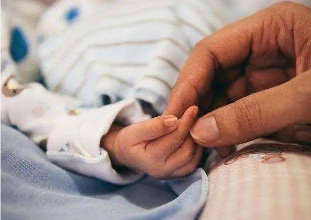 """""""渣男宝宝""""火了,一出生就把护士姐姐口罩拉下,网友:厉害了"""